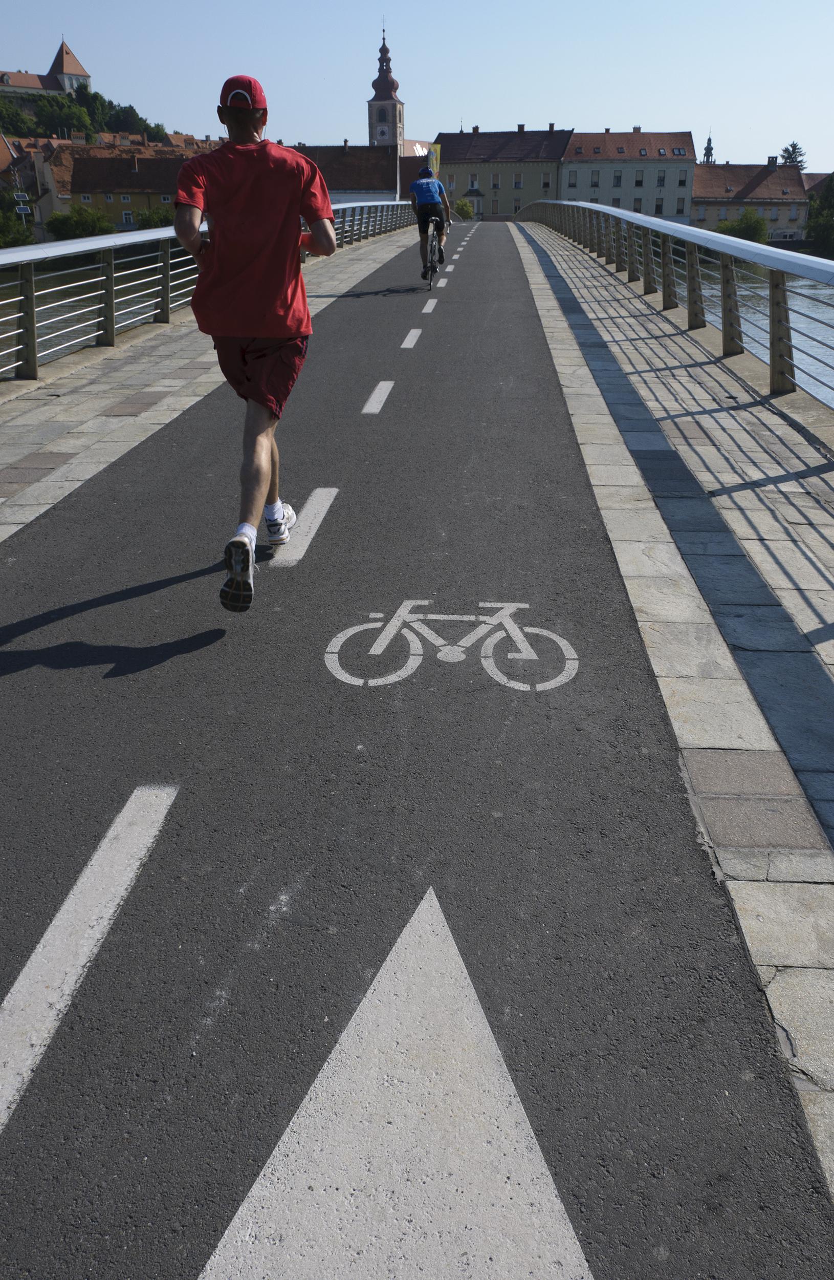 Aerobes Training - Jogger auf einer Brücke